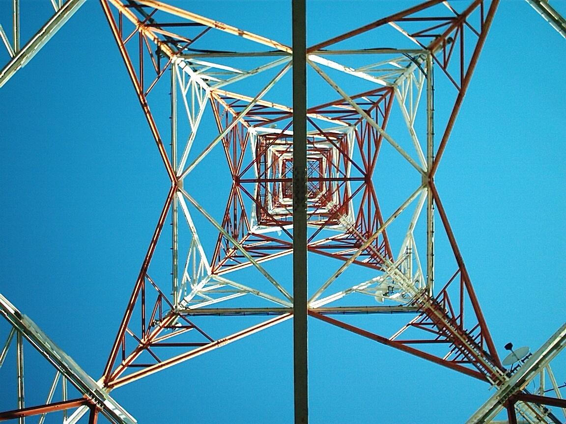Fotografía de torre eléctrica interior
