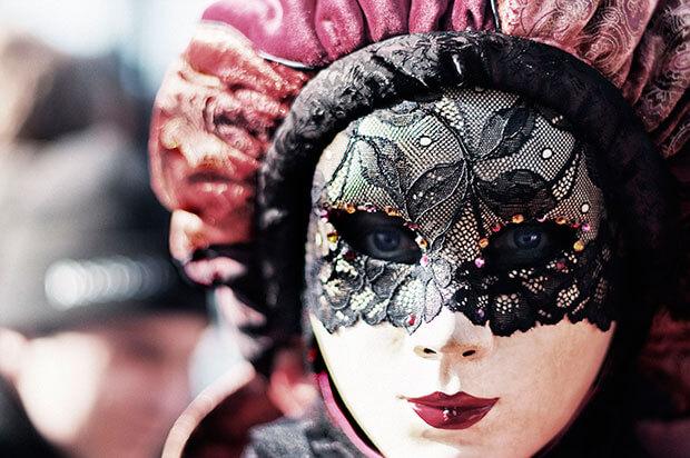 Primer plano de una máscara