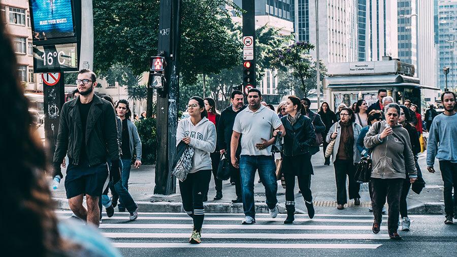 Personas cruzando un paso de peatones