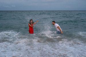 Sesión fotográfica en pareja en el agua