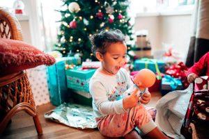 Fotografías en casa abriendo regalos